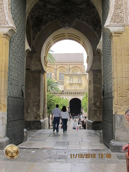 арка в арабском стиле в Месхите