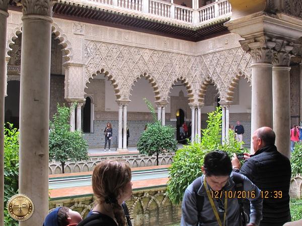 арабский дворик в Алькасаре в Севилье