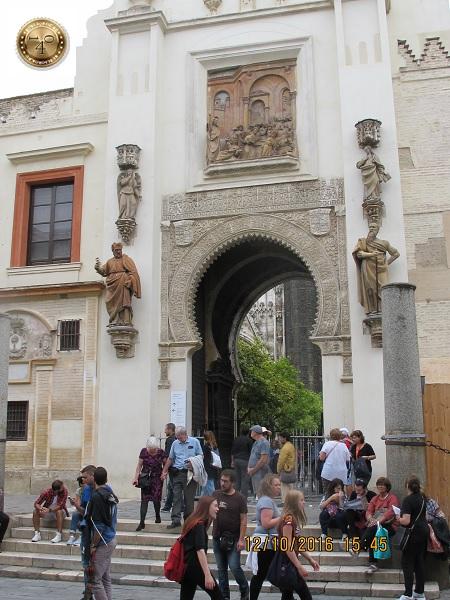 Арка над входом в кафедральный собор в Севилье