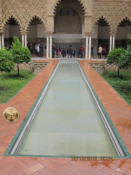 бассейн в арабском дворике в Алькасаре