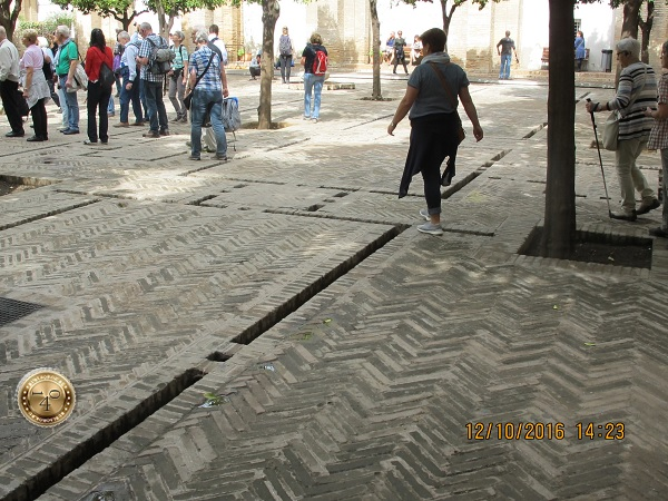 внутренний дворик Кафедрального собора в Севилье