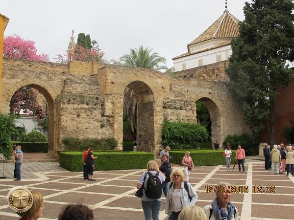 внутренний дворик Алькасара в Севилье