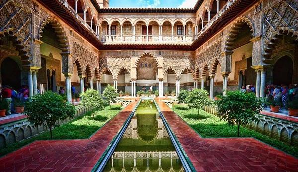 внутренний дворие Алькасара в Севилье