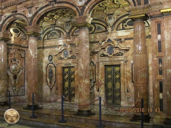 мраморные колонны в Кафедральном соборе в Севилье