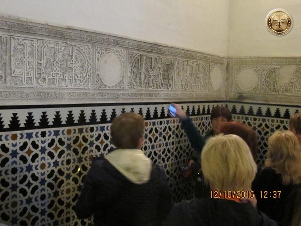 плиточный коридор в Алькасаре в Севилье