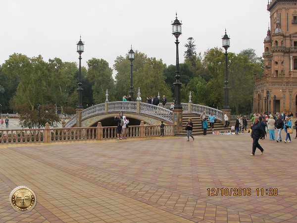 полукруглый мост на площади Испании в Севилье