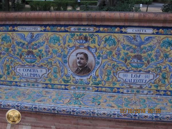 скамейка в парке Марии Луизы в Севилье