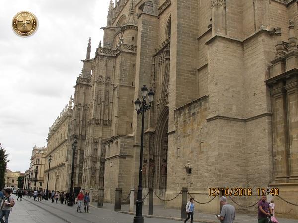 угол Кафедрального собора в Севилье