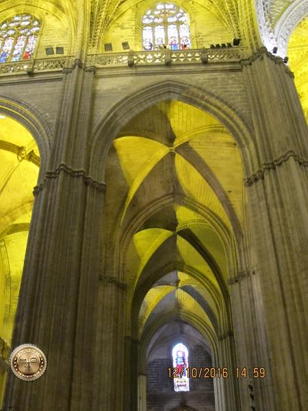 готические своды Кафедрального собора в Севилье