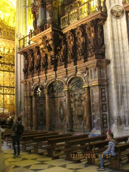 мраморные колонны Кафедрального собора в Севилье
