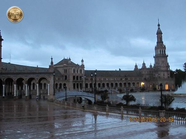 вечер на площади Испании в Севилье