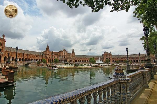 вид из парка Марии Луисы на площадь Испании