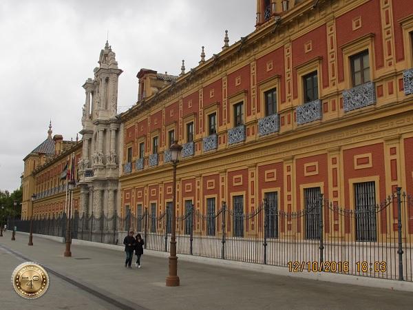 красивое здание в Севилье