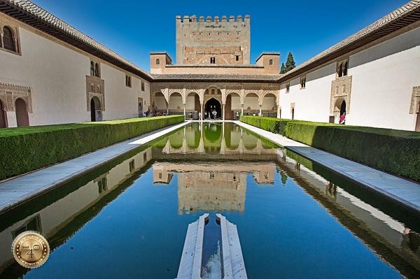 Миртовый дворик с отражением в Альгамбре