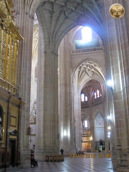 Стрельчатые арка Кафедрального собора в Сеговии