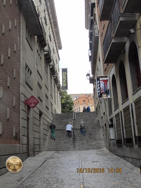 Лестница в конце улицы в Сеговии.