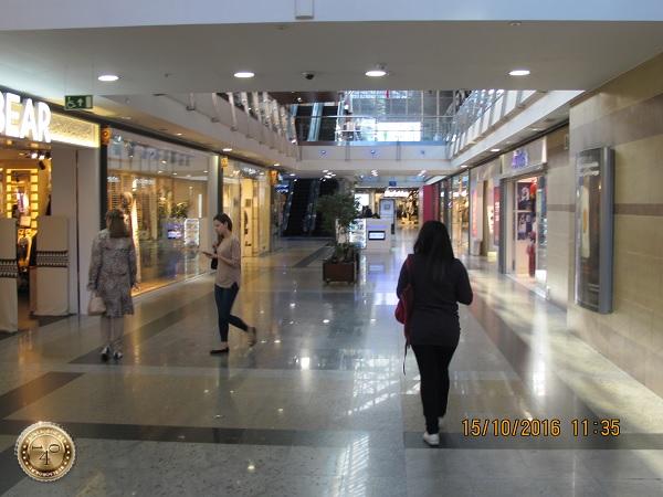 Идём по магазину в Мадриде