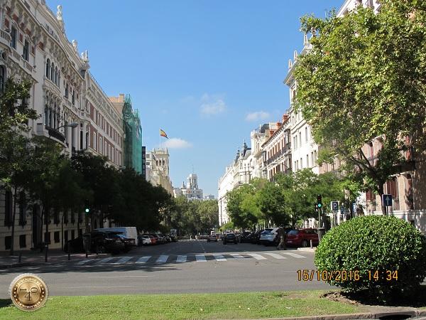 Улица рядом с парком в Мадриде