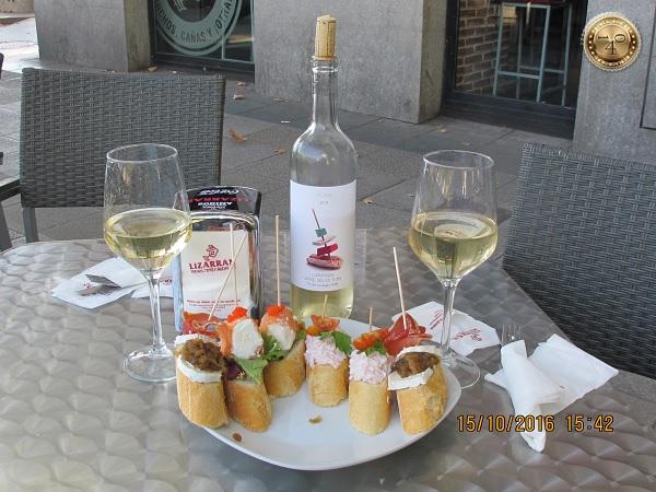 Тапас, вино и пирожное
