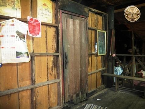 Вход в парилку лаосской бани